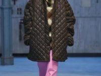 Стеганые куртки, яркие свитеры и украшения в виде костей на показе Raf Simons
