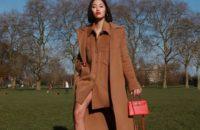 Бежевый тотал-лук + яркая сумка: модный прием Тиффани Хсу, который стоит взять на заметку
