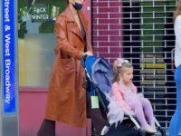Что носит мама принцессы? Ирина Шейк в кожаном плаще карамельного оттенка