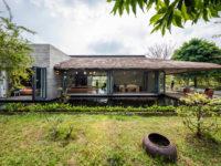 Дом с соломенной крышей и прудом во Вьетнаме