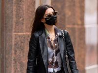 Эмили Ратаковски говорит «нет» весенней пастели и цветочным принтам: только кожа, только хардкор