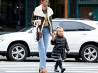 Футболка с Бритни и самая модная сумка весны: Ирина Шейк в Нью-Йорке