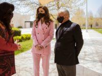Королева Рания в костюме Calvin Klein оттенка сахарной ваты
