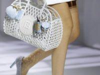 Крупным планом: плетеная сумка Fendi для пляжа