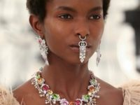 Микротренд осени 2021: очень заметный пирсинг в носу, как на показе Gucci x Balenciaga