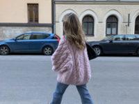 Объемный шерстяной свитер, как у Матильды Джерф,— модная и удобная альтернатива верхней одежде