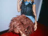 С чем носить вещи со страусиными перьями: показывает Рита Ора