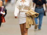 Шелковая блуза + мини-юбка и ошеломительно длинные ноги: Эмили Ратаковски дефилирует по Нью-Йорку