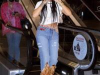 Винтажные джинсы с перьями за 15 тысяч долларов, которые носит Рианна. Плюс— огромная меховая шляпа