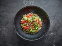 Вкусно, полезно и без лишних калорий: салат из киноа с томатами