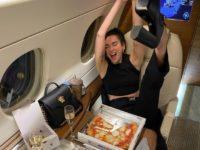 Вот как надо отдыхать: Дуа Липа организовала сладкий стол с пиццей на борту частного самолета