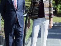 Жакет Zara + белые брюки и бархатные лодочки: идеальный образ королевы Летиции для долгих прогулок