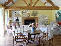 Желтый цвет в гостиной: 30+ ярких идей