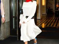 Белое платье с алым воротничком и бирюзовые лодочки: Виктория Бекхэм показывает самое красивое сочетание цветов на лето