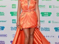 Фея хурмы: топ-модель Крисси Тейген в шелковом оранжевом мини-платье с очень длинным шлейфом