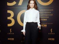 Идеальный белый верх— образцовый черный низ: Виктория Исакова на премии «Слово»