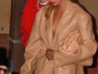 Лучший выход на майских: Хейли Бибер в нюдовом жакете из кожи, похожим на сексуальное платье