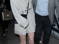 Платье или пиджак? Софи Тернер показала, что строгий крой и сандалии с квадратным носком— обязательная комбинация для весны