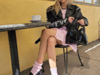 Принцесса рок-н-ролла: Эльза Хоск показывает, как сочетать кукольное платье и грубую косуху так, чтобы выглядеть максимально женственно