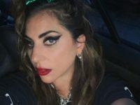 Размазанные стрелки и помада: эпатажный макияж Леди Гаги