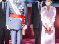 Сама романтика: королева Летиция в платье-пальто оттенка клубничного зефира