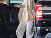Свободная рубашка + белая майка + брюки-карго: Роузи Хантингтон-Уайтли доказывает, что базовый гардероб— наше все