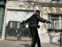 Тина Кунаки сочетает два важных тренда года в одном образе: бархат и широкие спортивные брюки