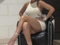Вязаное мини-платье— самая модная покупка этого лета: посмотрите на Рианну и убедитесь в этом сами