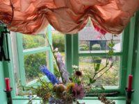 За стеклом: 10 простых способов украсить окно