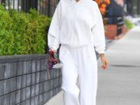 Белый спортивный костюм, который носят супермодели: показывает Алессандра Амбросио