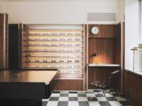 Бутик оптики с винтажной мебелью в Лондоне