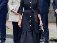 Черное платье-колокол с акцентом на талии: королева Летиция показывает простое, но эффектное платье для выхода в свет