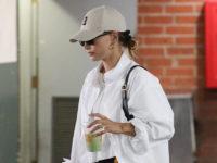 Еще один способ носить ультрадлинную белую рубашку: показывает Хейли Бибер