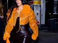 Фантастика: Ким Кардашьян в кожаном платье Dior и оранжевой дубленке Yeezy