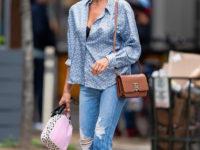 Формула успеха Ирины Шейк: отправляясь на прогулку в шелковой блузке, оставьте четыре верхние пуговицы расстегнутыми