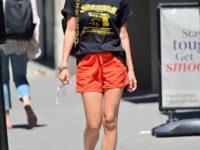 Как носить спортивные шорты в городе? Модный мастер-класс от Эмили Ратаковски