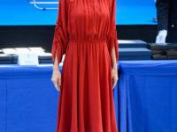 Королева в красном: невероятный образ Летиции в струящемся платье