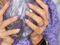 Лавандовый френч: Джессика Альба сделала нежный маникюр под блузку Rebecca Minkoff