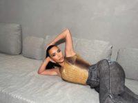 На летние вечеринки надевайте прямые джинсы и необычный топ, как Ким Кардашьян