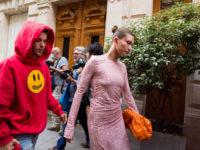 На романтическую прогулку по Парижу в розовом платье с сотней кристаллов: новый выход Хейли Бибер