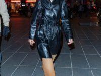 Холодное сердце: Белла Хадид даже летом ходит в черном кожаном плаще
