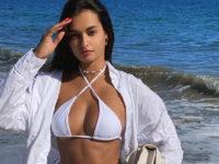 Юбка кроше поверх белоснежного бикини: Жизель Оливейра показала самый красивый пляжный образ