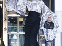 Блуза с объемными рукавами и юбка, которая визуально стройнит: эффектный выход Леди Гаги