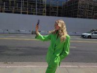 Этим летом добавьте в свой гардероб хотя бы один яркий костюм, как Эльза Хоск