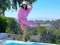Ева Лонгория встречает выходные в воздушном розовом платье и соломенной шляпе