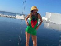 Как в детстве: Хейли Бибер нашла идеальное платье для беззаботного отпуска