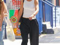 Кэти Холмс в очень широких брюках и очень узкой майке на прогулке с дочкой Сури