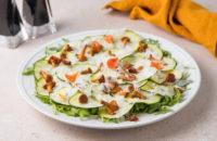 Летний рецепт: салат с хрустящими цукини, лисичками и сыром пекорино