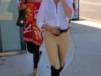 Не только на ипподроме: Крисси Тейген учит носить костюм наездницы в городе и выглядеть суперстильно