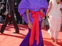 Самое обсуждаемое платье Канн— фиалковое кимоно с капюшоном Тины Кунаки